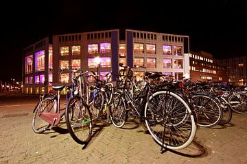 Faire du vélo devant la salle de concert d'Amsterdam Pays-Bas la nuit sur Nisangha Masselink