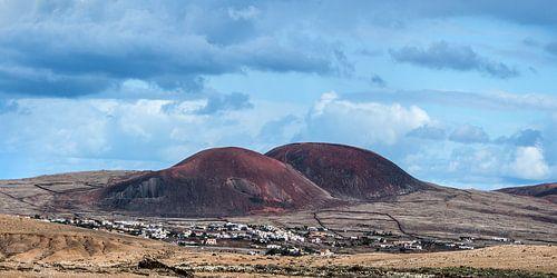 Het dorpje El Roque op Fuerteventura, Canarische Eilanden, met zijn karakteristieke twee bulten. van Harrie Muis