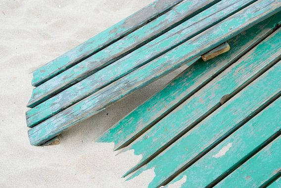 Wood on the beach van Karin Hendriks Fotografie