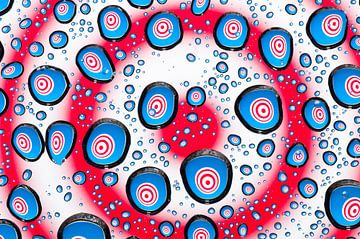Druppels met psychedelische cirkels in rood, wit en blauw van Wijnand Loven