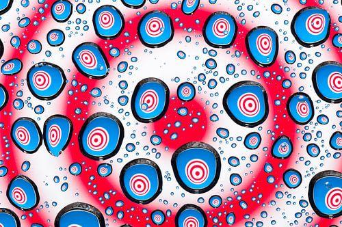 Druppels met psychedelische cirkels in rood, wit en blauw van
