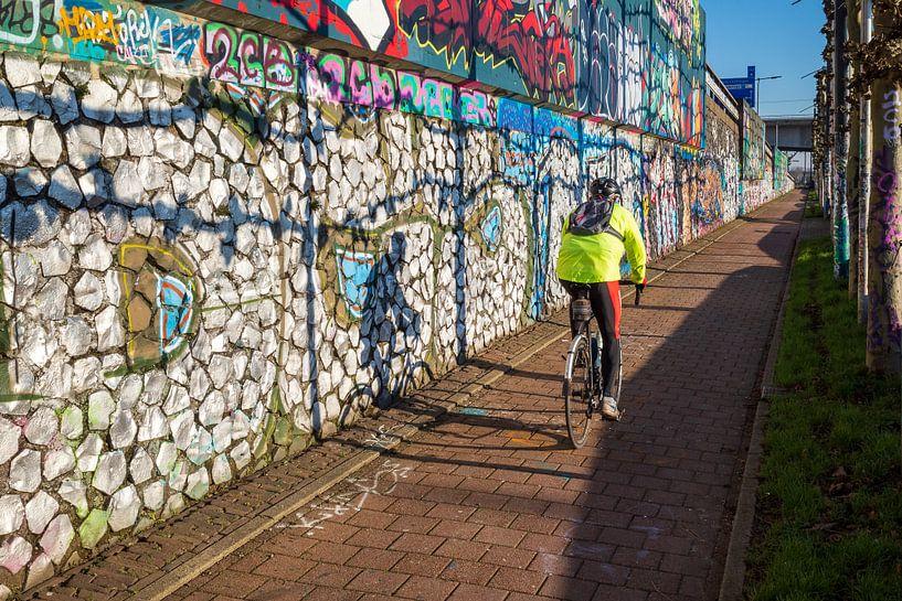 Graffiti en fietser aan de Rijnkade in Arnhem van Bart Ros
