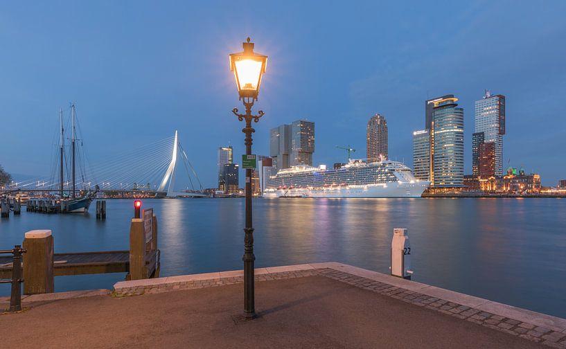 Cruiseschip Regal Princess in Rotterdam tijdens het blauw uurtje van MS Fotografie