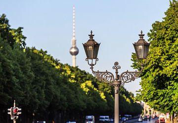 Historische Berliner Laterne mit Fernsehturm im Hintergrund von Frank Herrmann