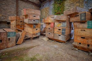 Urbex: Särge in einer verlassenen Kristallfabrik