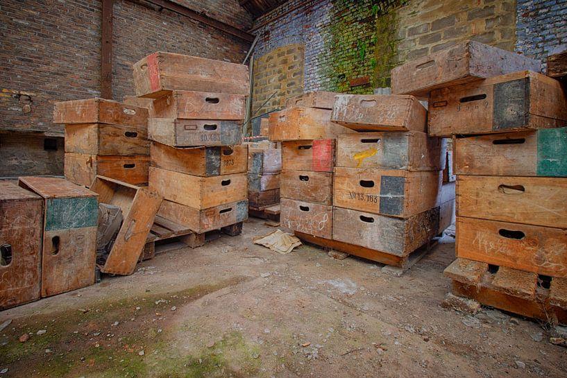 Urbex: Särge in einer verlassenen Kristallfabrik von Carola Schellekens
