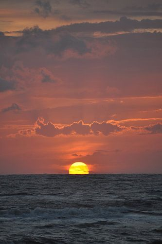 Zon zakt in de zee voor de kust van Egmond aan Zee