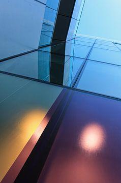 Grafisch spel van lijnen in de moderne kleurrijke architectuur van Tony Vingerhoets
