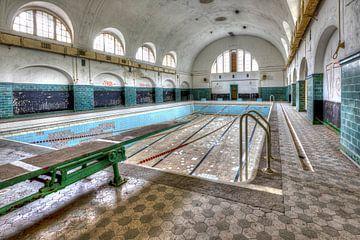 Verlaten zwembad van Bob Karman