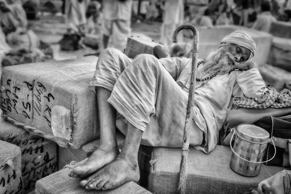 Slapende zwerver op treinstation in Haridwar,India