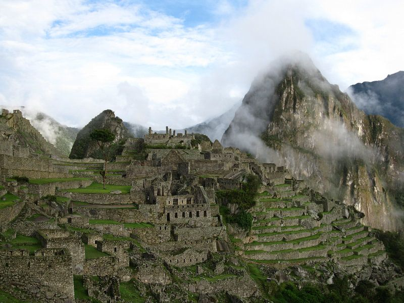 Machu Picchu in de wolken van Bart Muller