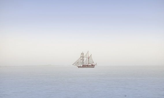 Historische tweemaster op het IJsselmeer in zachtblauwe pasteltinten van Harrie Muis