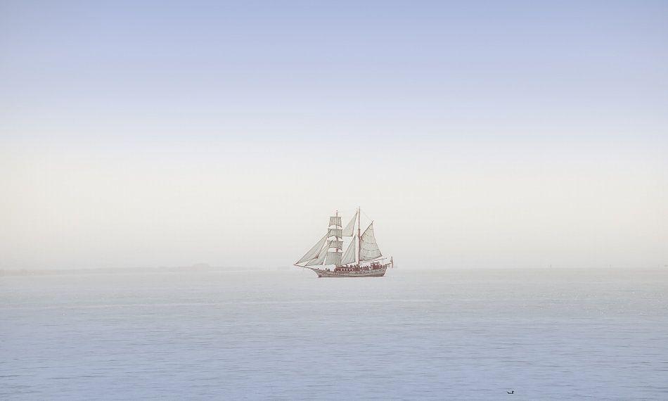 Historische tweemaster op het IJsselmeer in zachtblauwe pasteltinten
