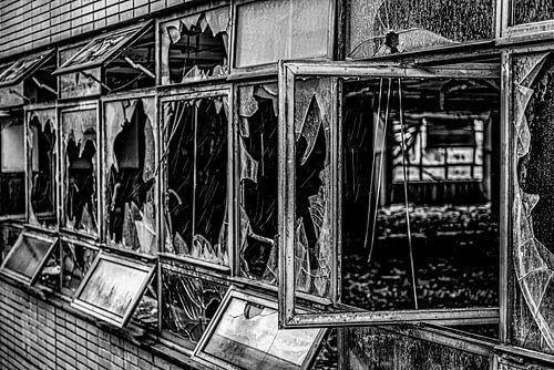 gebroken kantoorramen verlaten electriciteitscentrale