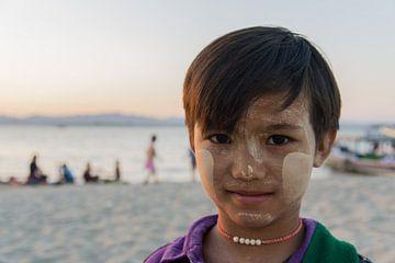 Meisje aan de oever van de Ayeyarwady rivier, Bagan, Myanmar van Annemarie Arensen