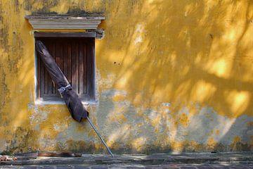 Verweerde muur parasol, Vietnam van Inge Hogenbijl