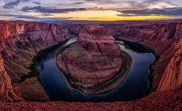 Hufeisenschlaufe in Arizona während des Sonnenuntergangs von Michael Bollen