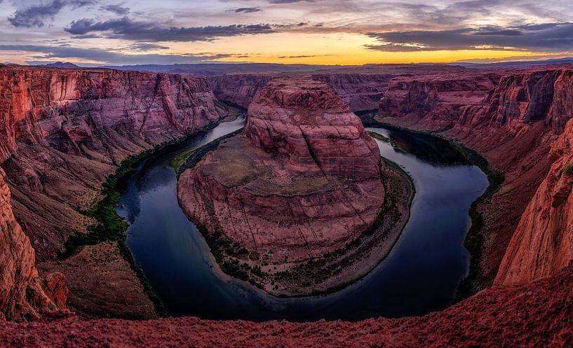 Horseshoe bend in Arizona tijdens zonsondergang van Michael Bollen
