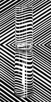 Zwart-wit beeld met vervorming in een glas water van Wim Stolwerk