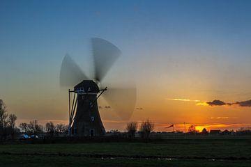 Draaiende windmolen tijdens zonsondergang van Stephan Neven