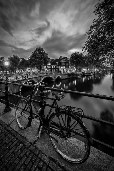 AMSTERDAM ' s avonds indruk van de Brouwersgracht | zwart-wit van Melanie Viola