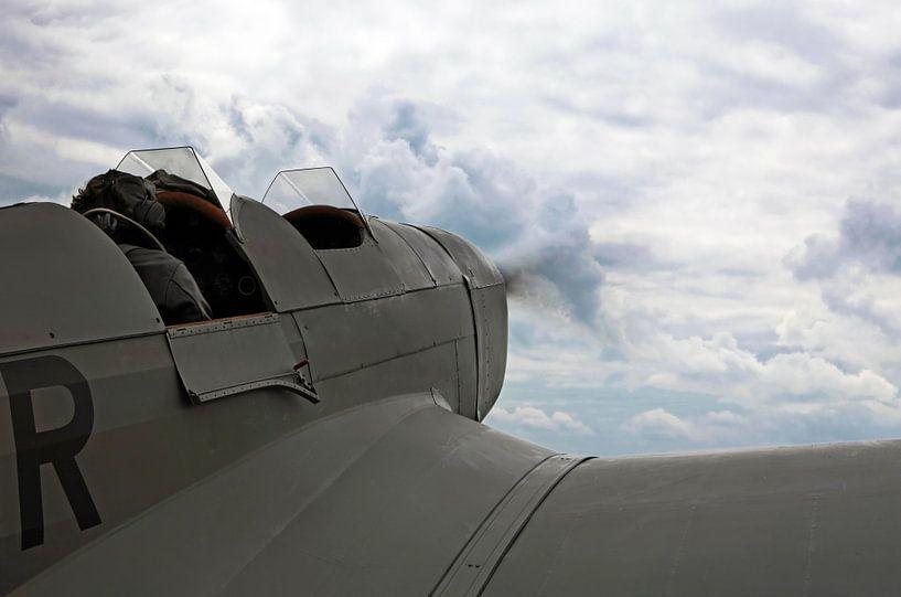 Un avion à moteur historique dans le ciel sur Frank Herrmann