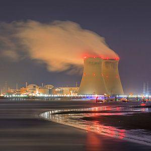 Riverbank met verlichte kernreactor Haven van Antwerpen