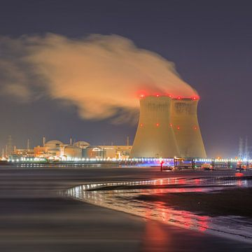 Riverbank met verlichte kernreactor Haven van Antwerpen van Tony Vingerhoets