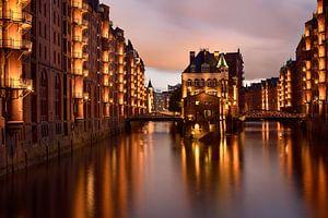 Wasserschloss bei Nacht - Wunderschönes Hamburg von Rolf Schnepp