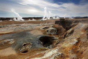 Rotsen en zwaveldamp in Hverarond, IJsland van