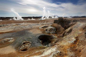 Rotsen en zwaveldamp in Hverarond, IJsland