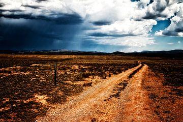 eine raue Straße durch die Landschaft Arizonas von Studio de Waay