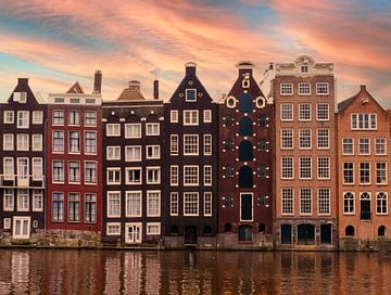 Grachtenpanden in Amsterdam bij zonsopkomst van Roger VDB