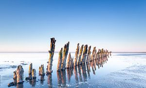 Reflectie van de paaltjes op de Waddenzee nabij Moddergat van