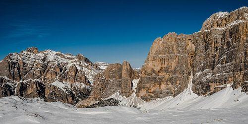 Massieve bergwand in de Dolomieten
