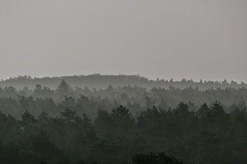 Heuvels met relief en beetje mist van Patrick Verhoef