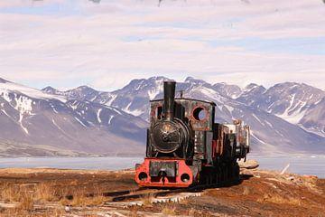 Berglandschaft Spitzbergen mit antikem Dampfzug von Maurice Dawson
