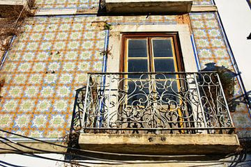 Muur met azulejos en balkon centrum Lissabon van My Footprints