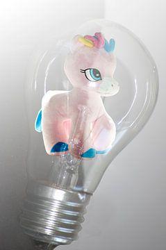 funny paard in lamp moderne werk van Groothuizen Foto Art
