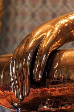 Hand eines massiven Goldbuddhas im Wat Traimit, Bangkok, Thailand von Jeroen Langeveld, MrLangeveldPhoto