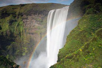Waterval Skogafoss met regenboog op IJsland van