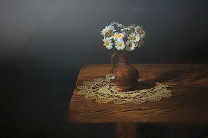 Gänseblümchen in Vase . von Saskia Dingemans
