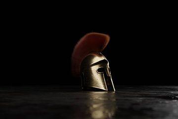 Sparta-helm op grunge-vloer van Besa Art
