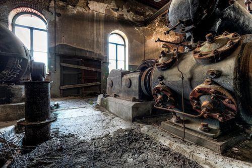 Oude industriële machines in een verlaten fabriek
