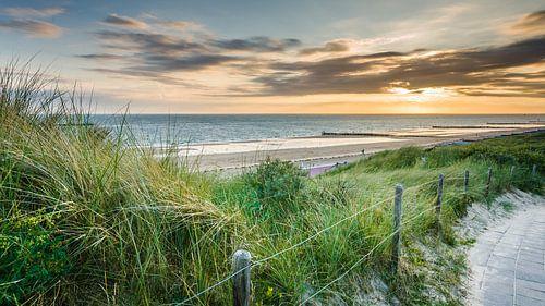 Sfeervolle zonsondergang boven Nederlands duinen landschap