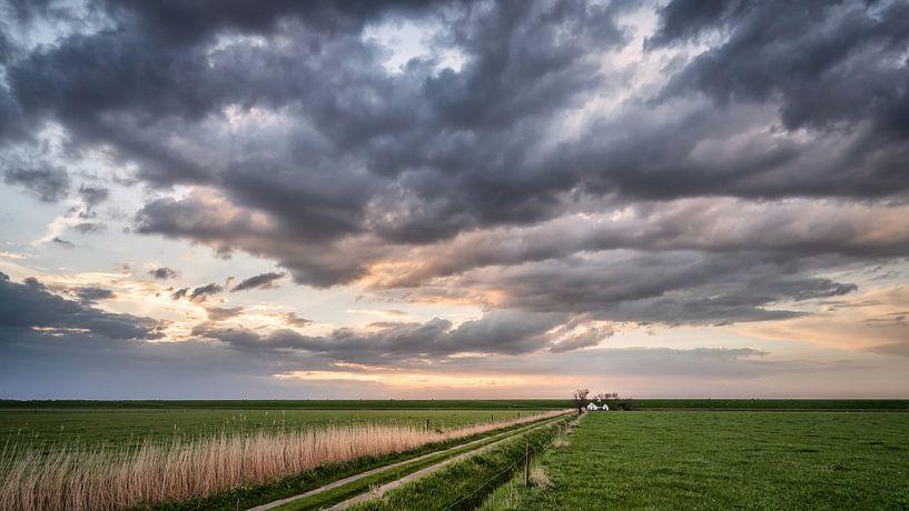 Witte huisje aan de dijk in Groningen van Martijn van Dellen