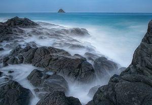 Bewegend water met rots