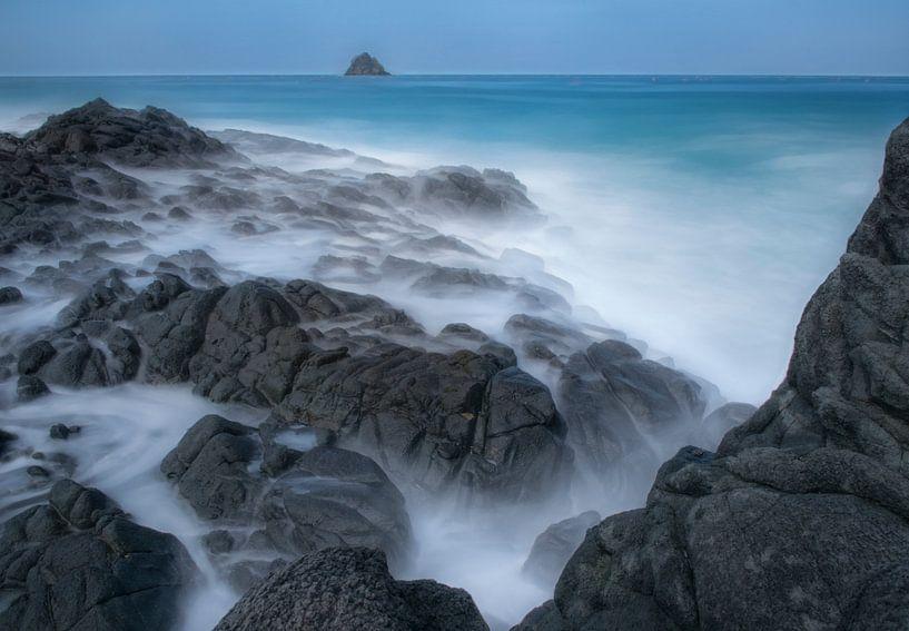 Bewegend water met rots van Marcel van Balken