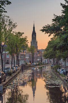 Delft - grand coucher de soleil de l'église. ciel bleu orange. canal sur Erik van 't Hof