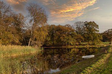 bootjes in het water tijdens de herfst met herfstkleuren op de achtergrond van Compuinfoto .